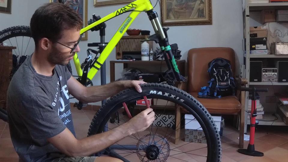 come cambiare il copertone mtb bici sardabike uso dei caccia gomme