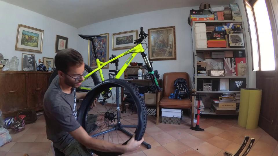 cambiare la camera d'aria mountain bike